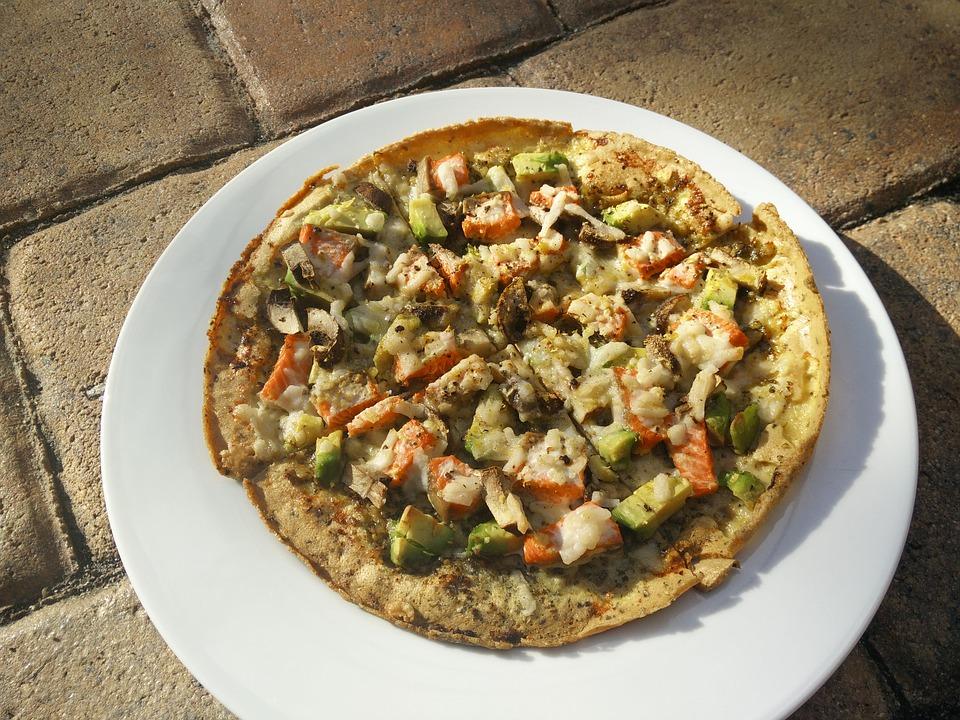 Gryczana pizza z łososiem i awokado