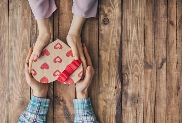 dłonie i prezent na walentynki