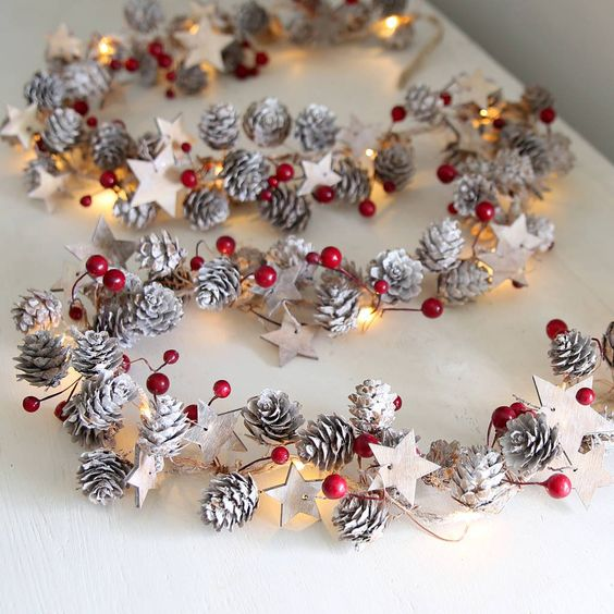 Świąteczne Dekoracje z Szyszek – 24 Inspiracje na DIY Dekoracje na Święta